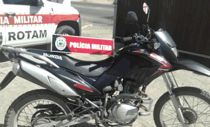 Motocicleta que teria sido usada para realização do assalto (Foto: Sertão Informado)