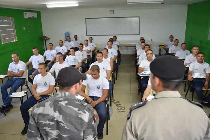 Recrutas sendo recepcionados no 6º BPM em Cajazeiras