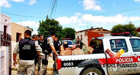 Os 7 foragidos foram capturados pela PM (Foto: Vale do Piancó Notícias)