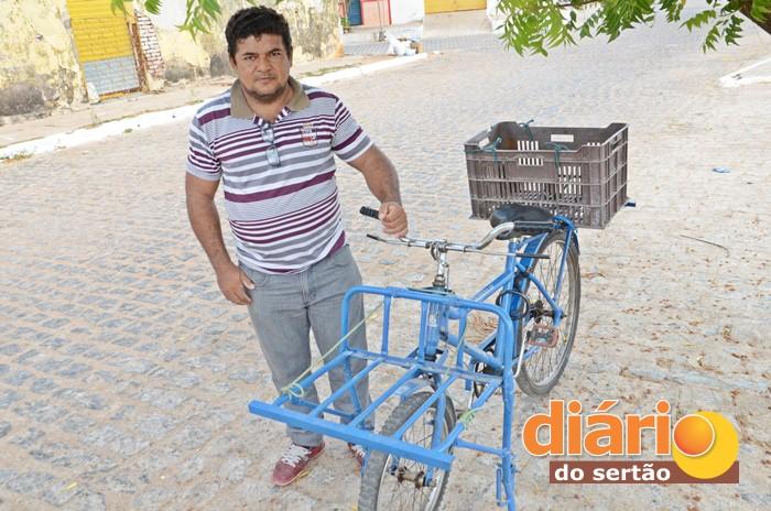 Francisco dos Santos, ganhou uma nova bicicleta (foto: Charley Garrido)