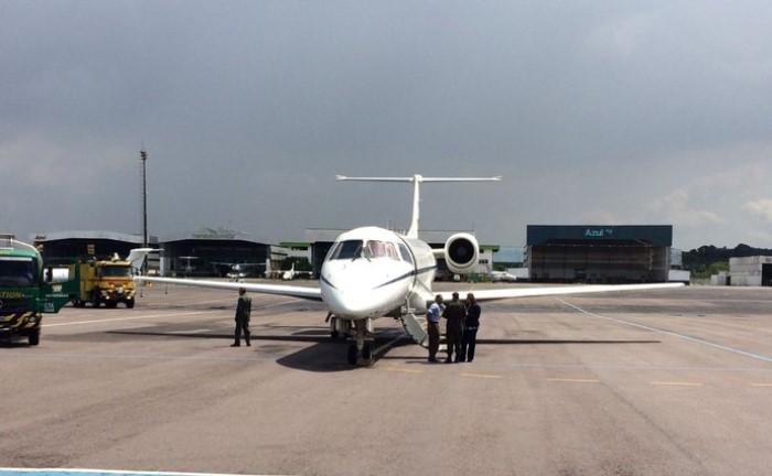 Avião FAB com Alan Ruschel e Rafael Henzel fez escala em Manaus nesta terça (Foto: Matheus Castro)