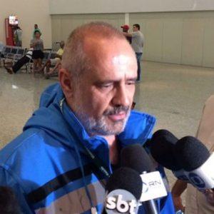 Médico Edgar Tolini conversou com a imprensa em Manaus (Foto: Matheus Castro)