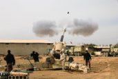 Exército iraquiano dispara contra posições do Estado Islâmico em Mossul (Foto: REUTERS/Alaa Al-Marjani)