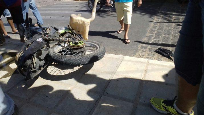 Motocicleta destruída em acidente (Foto: Reprodução / Ismar Santana)