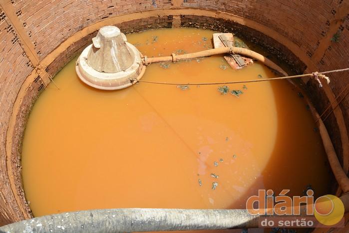 Água do cacimbão que abastece a cidade