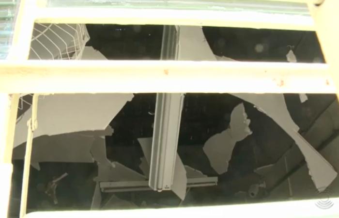 Agência ficou com teto todo destruído (Foto: Reprodução/G1)