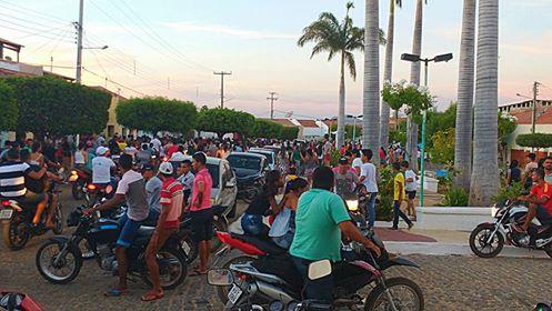 Amigos se despedem de menina na cidade de Nova Olinda (Foto: Facebook)