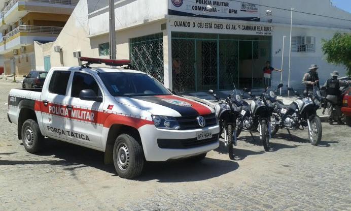 Bandidos armados invadem residência em cidade do Sertão da PB, fazem família de refém, roubam R$ 180 mil em dinheiro e objetos e fogem na Hillux da vítima