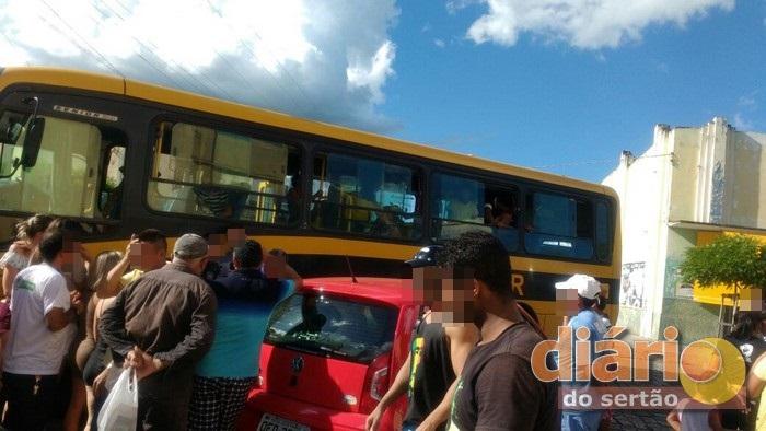Ônibus lotado de estudantes colide com carro de Policial Militar na cidade de São José de Piranhas