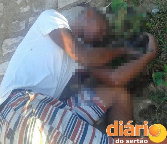 Jovem é atingido com vários tiros na cabeça no Sertão da Paraíba e morre no local do fato; PM não sabe sobre autoria do crime